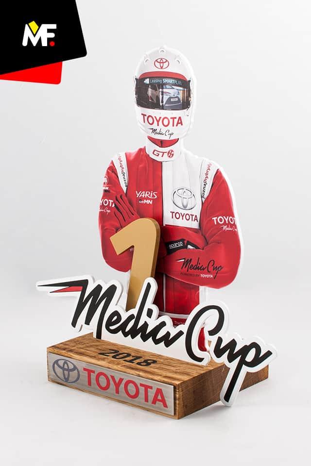 Innowacyjna statuetka przedstawiająca zawodnika w oryginalnym kombinezonie, stworzona na Toyota Media Cup