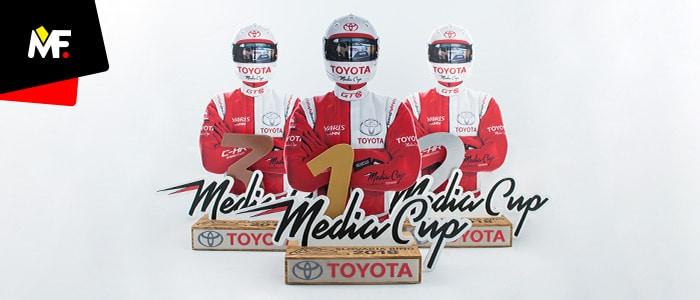 Trzy innowacyjne statuetki Toyota Media Cup przedstawiające zawodnika