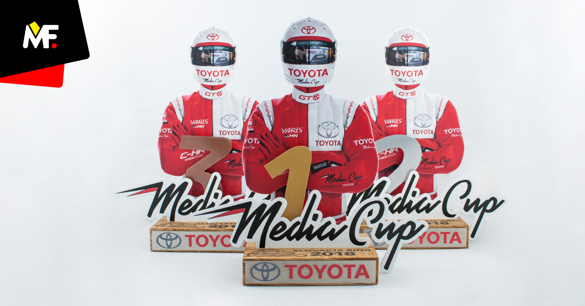 Nowoczesne statuetki za podium Toyota Media Cup przedstawiające uczestnika